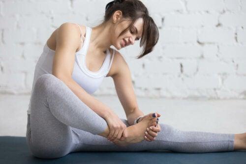 Mulher com dor no pé