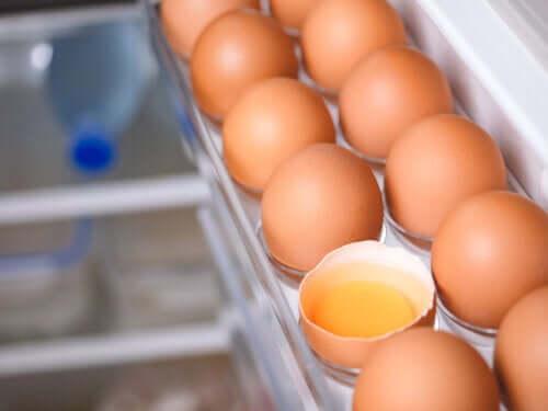Devemos manter os ovos dentro ou fora da geladeira?