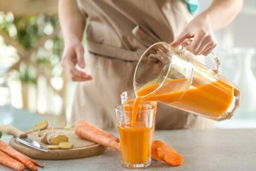 Mulher servindo suco de cenoura