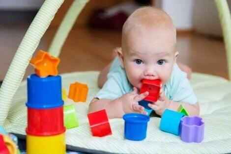 Bebê brincando no chão