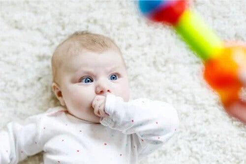 Por que os bebês olham fixamente as coisas?
