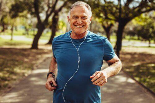 Homem idoso correndo