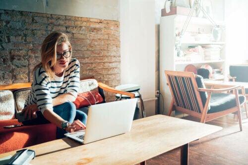 Mulher trabalhando de casa