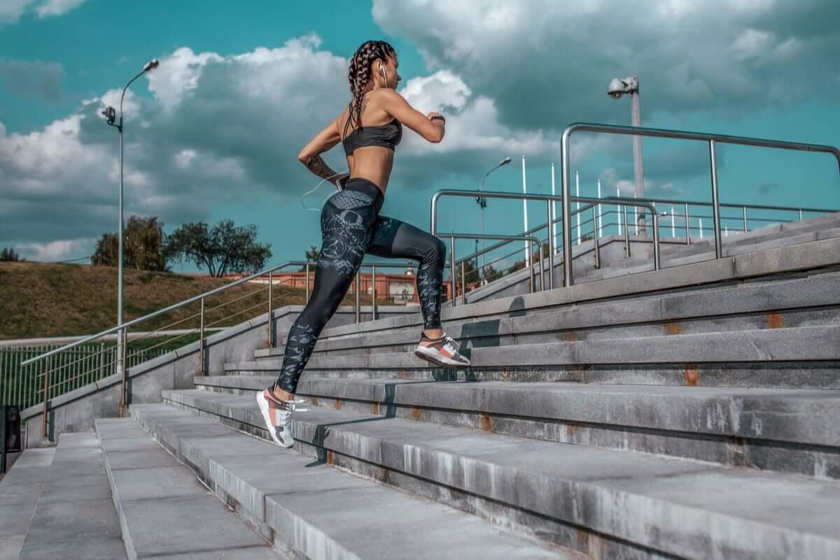 Mulher correndo subindo escadas