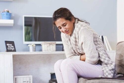 Mulher com dor de barriga