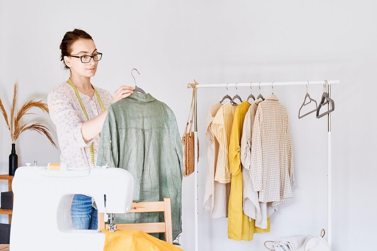 Mulher organizando roupas