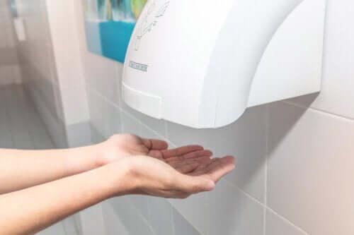 Estudo indica que secadores de mãos públicos podem ser contraproducentes