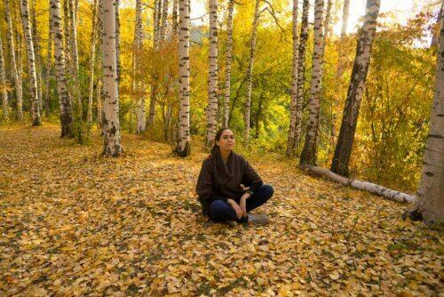 Sentar no chão em ambiente natural