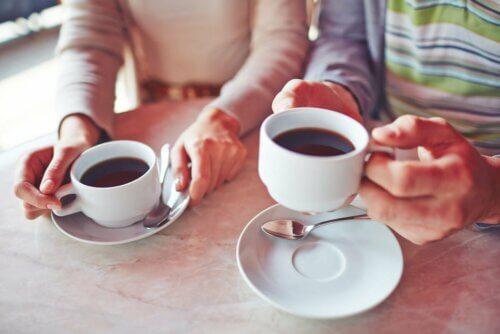 Pessoas tomando café