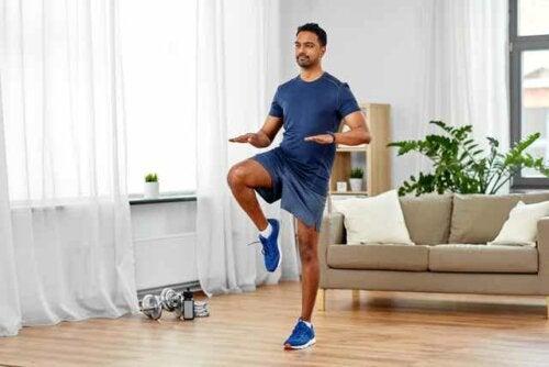 Homem fazendo exercícios em casa