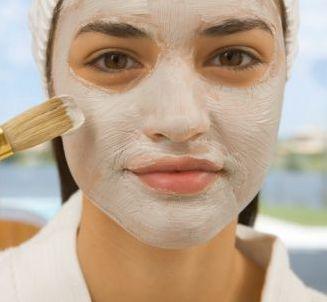 Máscara caseira para a pele oleosa com acne ou cravos