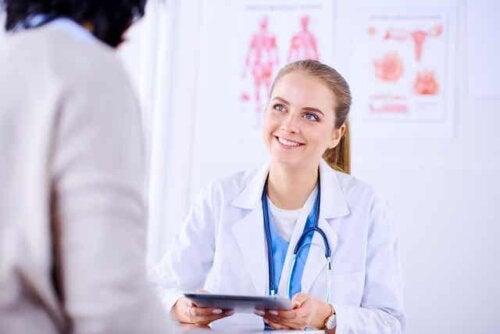 Médico orientando paciente