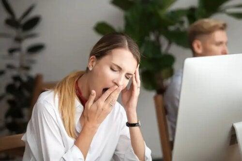 Mulher com sono no escritório