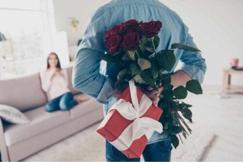 Homem presenteando sua esposa