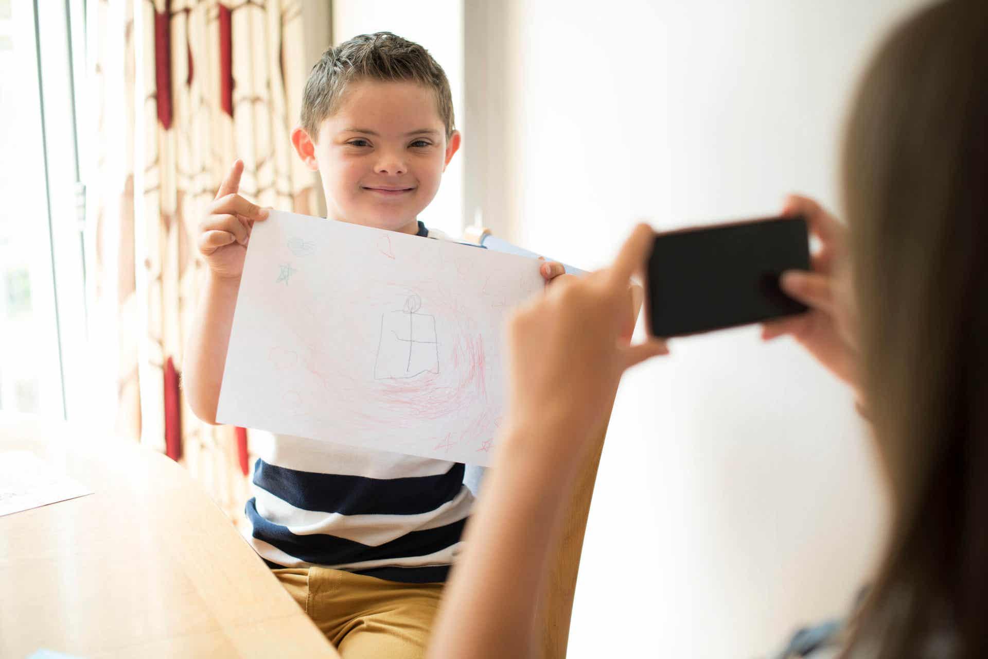 Menino mostrando seu desenho