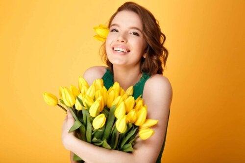 Mulher segurando flores amarelas
