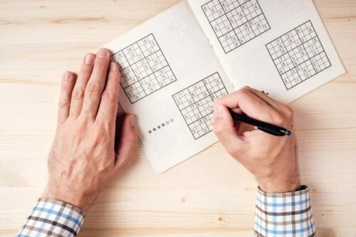 Pessoa fazendo sudoku