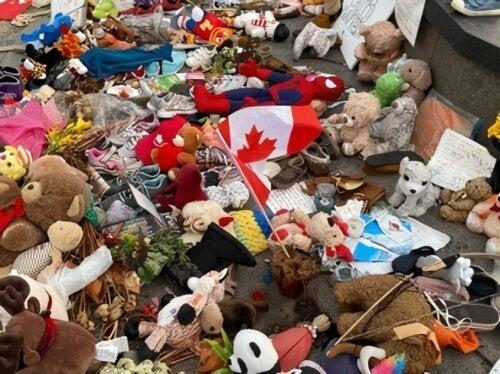 Restos mortais de 751 crianças indígenas são encontrados em antiga escola no Canadá