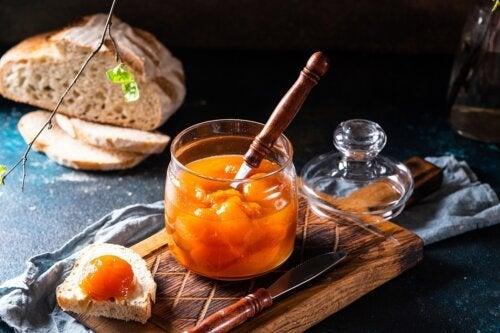 Como fazer pêssego em calda caseiro?