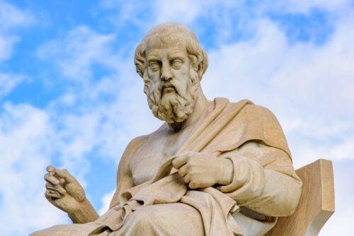 Diferenças entre as filosofias de Aristóteles e Platão