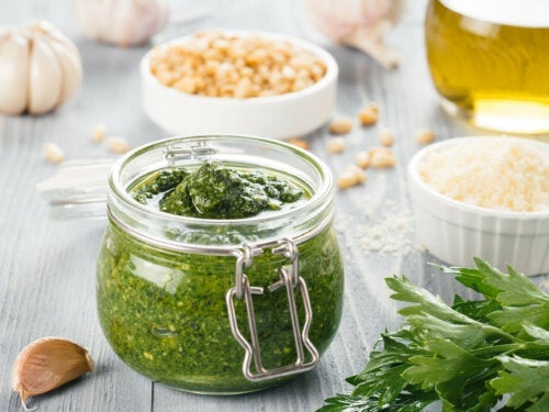 Como fazer molho de salsa com alho?