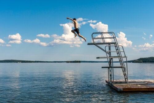 5 benefícios de nadar no verão