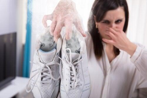 Truques para remover o mau cheiro dos tênis