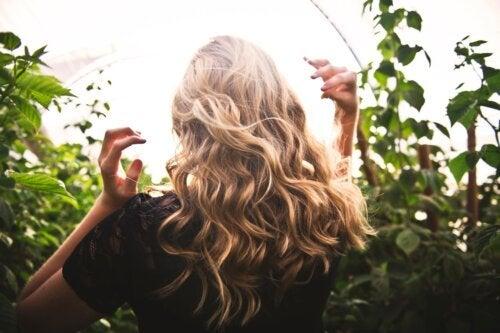Tônico capilar para rejuvenescer os cabelos fracos