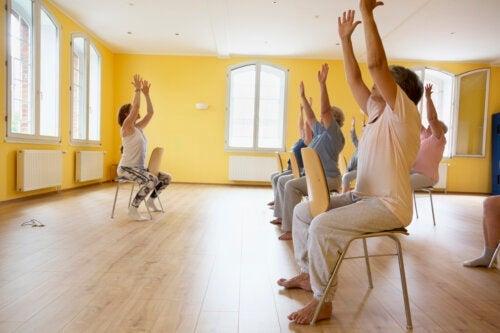 8 exercícios para montar um treino funcional para idosos