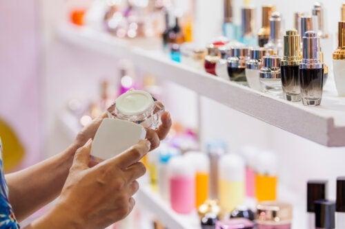 Quais são os riscos da presença de amianto em cosméticos?