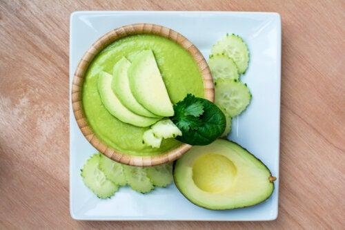 Receita fácil de sopa cremosa de abacate